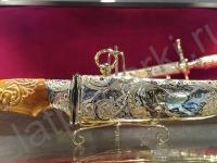 Нож украшенный с резной ручкой